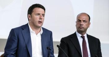Il presidente dl Consiglio, Matteo Renzi, con il ministro dell'Interno Angelino Alfano (D) durante la conferenza stampa al termine del Consiglio dei Ministri, Roma, 30 giugno 2014.  ANSA/ANGELO CARCONI